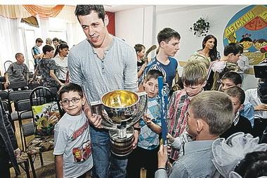 Звезда сериала «Универ» и Евгений Малкин привезли Кубок мира по хоккею в детский дом