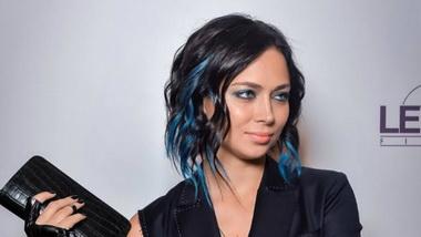Настасья Самбурская с длинными синими волосами.