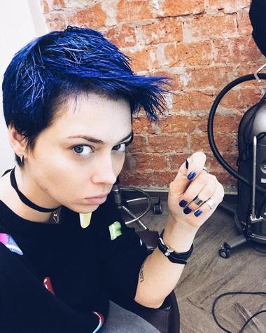 Настасья Самбурская с короткими синими волосами.