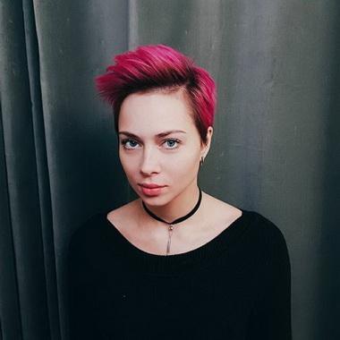 Настасья Самбурская с розовыми волосами.