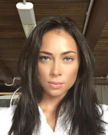 Настасья Самбурская с каштановыми волосами.