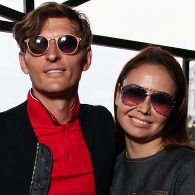 Павел Воля с женой в темных очках.